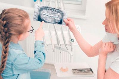 dentista e paciente vendo radiologia